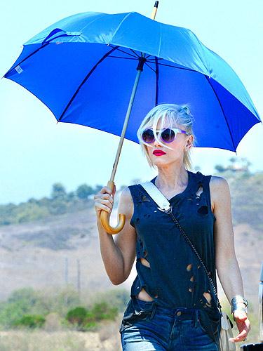 53d4b1e5cff22_-_080713-rexfeatures_gwen-stefani-sun-umbrella-lgn